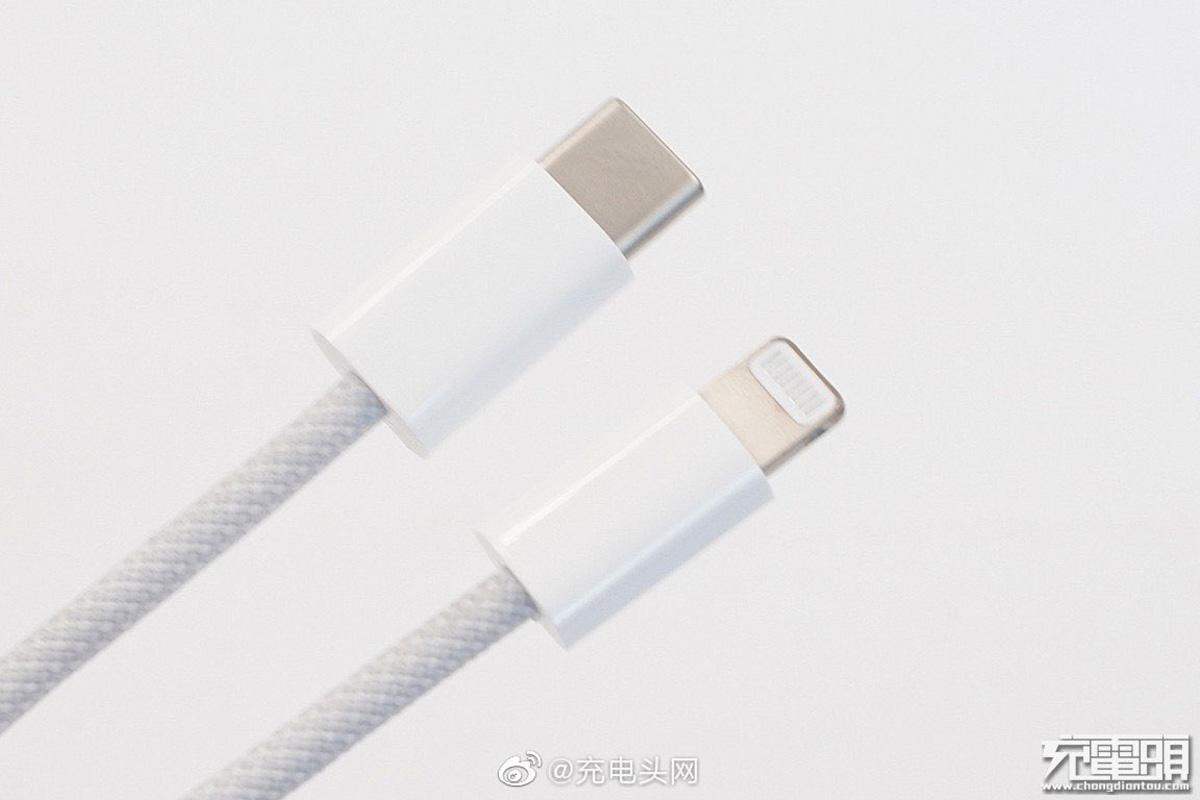 """iPhone 12に付属しているLightningケーブルは""""初の編込式"""" か"""